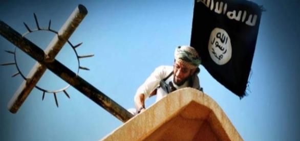 Jihadist ISIS distrugând crucea unei biserici creștine