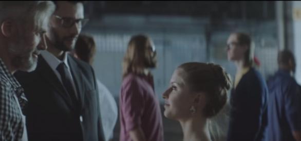 No comercial da C&A, cada pai parado em frente ao seu filho. No final, dois pais ficam juntos em frente à sua filha.