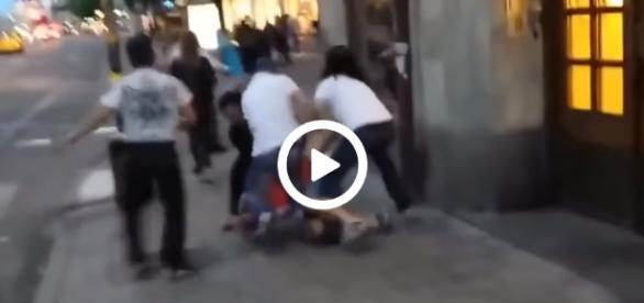 Kilku imigrantów brutalnie bije szwedzkiego przechodnia.