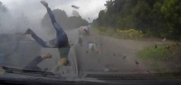 Vídeo mostra um acidente inacreditável.