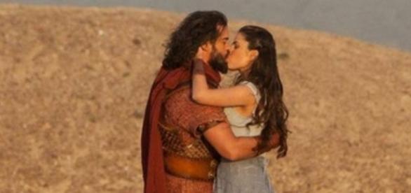 Josué e Aruna se beijam em 'A Terra Prometida'