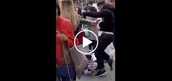 Imigrant w pewnym momencie zaatakował młodego chłopaka czekającego na autobus. Co ciekawe, niewielu przechodniów zdecydowało się zareagować.