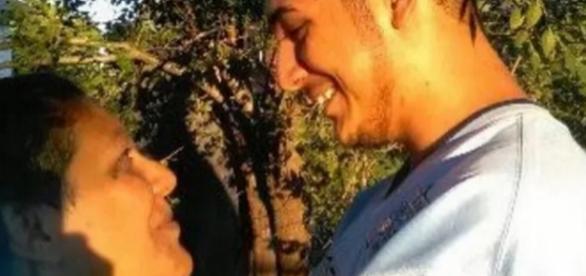 Mãe e filho querem se casar e pedem ajuda do povo