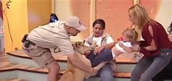 Momento em que o leão parte com tudo para cima da criança. A mãe fica desesperada.