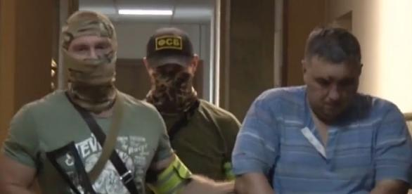 Ten obrazek obiega Rosję; pojmani na Krymie ukraińscy oficerowie. YouTube video: Вести в 17:00 от 11.08.16