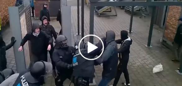 Bicie pięściami i kopanie. Niemiecka policja rozpędza lewicowców na cztery wiatry.
