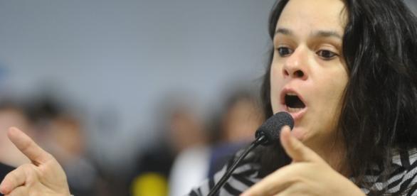 Veja o escracho de Janaina Paschoal no aeroporto de Brasília ... - com.br