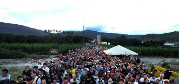 Fotos: Miles de venezolanos cruzan la frontera hacia Colombia en ... - elpais.com