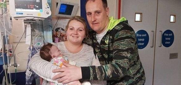 Com 15 buracos no coração, bebê luta feliz pela sobrevivência