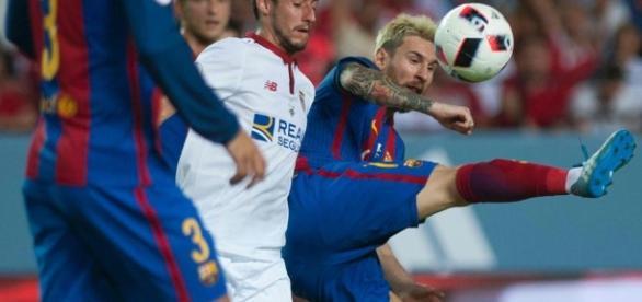 Messi en plena acción del partido de Supercopa de España ante el Sevilla