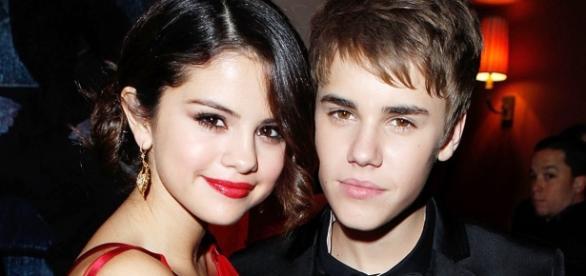 Selena parece estar irritada com Justin