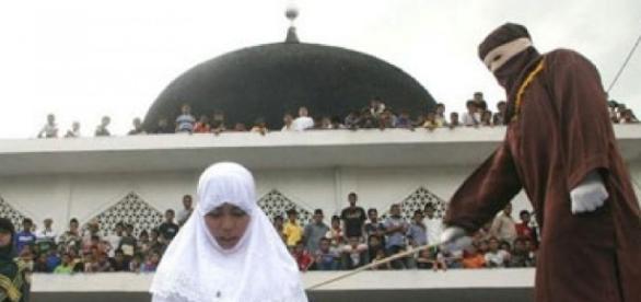 Creștină umilită în stradă de 300 de musulmani