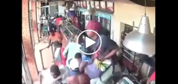 Imigranci z Afryki wdzierają się do restauracji, a następnie wynoszą z niej jedzenie.