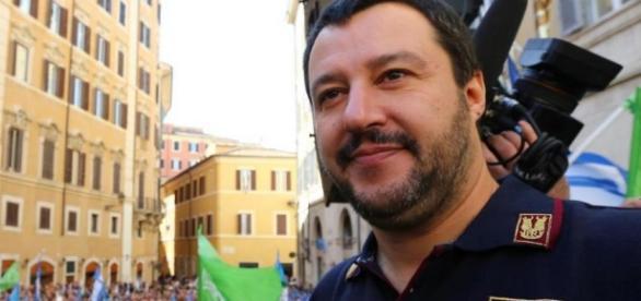 Matteo Salvini con la divisa della Polizia.