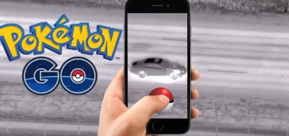 Motorista flagrado dirigindo enquanto capturava pokemon