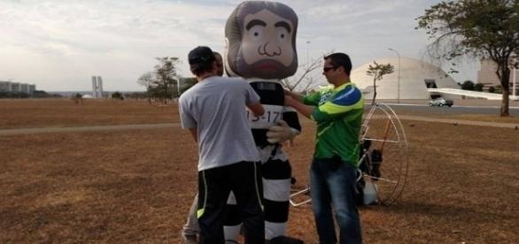 Organizadores finalizando o boneco 'Pixuleco' para sobrevoar a capital