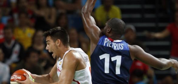 Willy Hernángomez en plena lucha contra Pietrus en el partido de cuartos de final Rio16