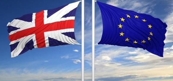 La bandiera del Regno Unito e quella dell'Europa, in direzioni opposte.