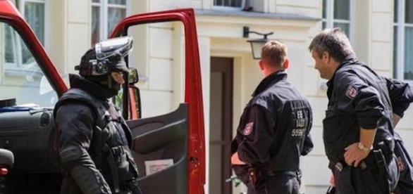 Niemiecka policja podczas akcji w Eisenhuttenstadt (fot. jihadwatch.org)