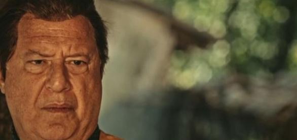 Afrânio desmaia e cai do coreto ao brigar com Bento (Divulgação/Globo)