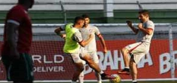 Marquinho (à direita) no treino de quarta: meia pode ser titular do Flu no domingo (Foto: Nelson Perez/Divulgação FFC)