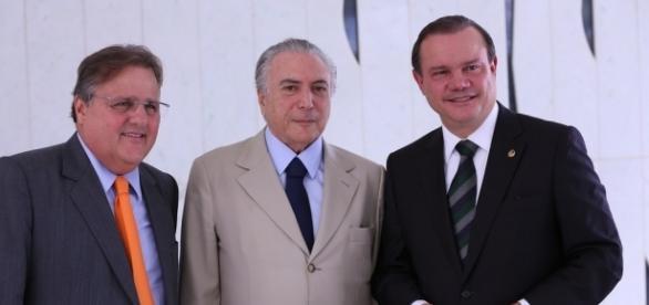 Ministro da Secretaria de Governo, à esquerda, é escrachado em avião
