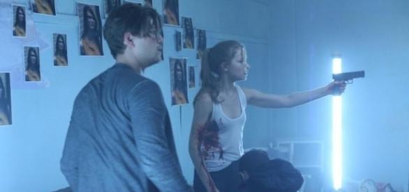 Emma frente a frente com o assassino no último episódio da segunda temporada (Foto: MTV/Divulgação)