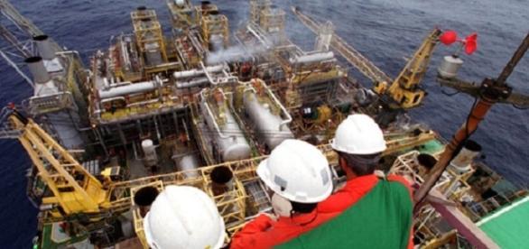Petrobras registra lucro de 300 milhões de reais.