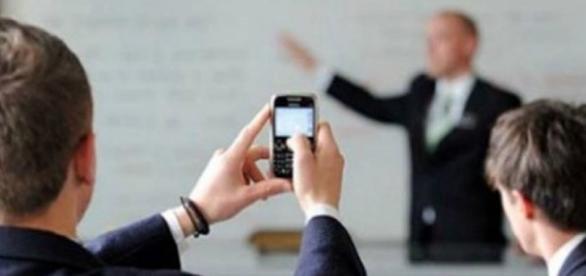 Profesorii, circumspecţi la folosirea telefoanelor: Cum controlezi o clasă cu 30 de elevi?