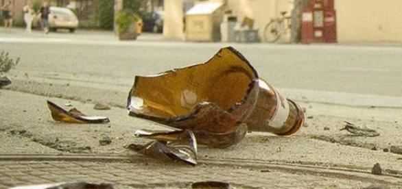 Un băiat de șase ani a fost înjunghiat mortal cu o sticlă spartă în timp ce își apăra mama de un violator