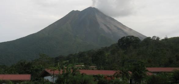 Imagem do Vulcão Arenal em atividade