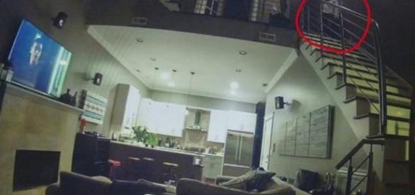 L'intrus observant le couple endormi