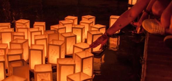 Le lanterne accese per ricordare le vittime della bombe atomiche in Giappone