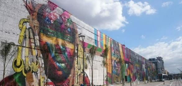 Mural Etnias no Boulevard Olímpico