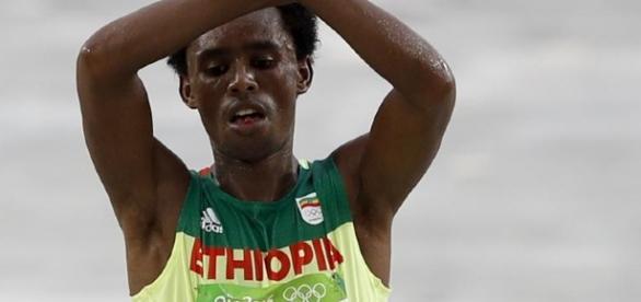 El gesto del atleta etíope al cruzar la meta