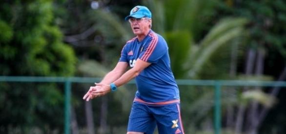 Comandante Oswaldo de Oliveira fica zangado com o time