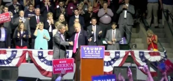 Donald Trump cede il palco al leader dell'Ukip