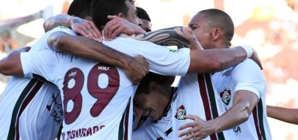 Henrique Dourado (camisa 89) recebe carinho de jogadores após marcar contra o Santa Cruz