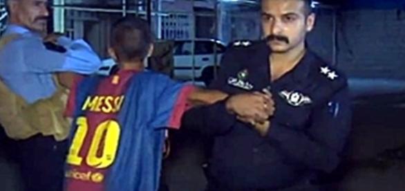 Las fuerzas de seguridad quitándole el cinturón explosivo al menor (Reuters)
