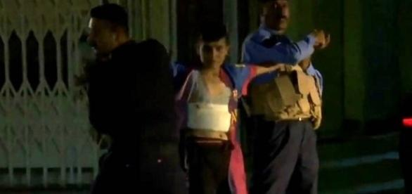 Menino bomba é impedido por policiais de se explodir