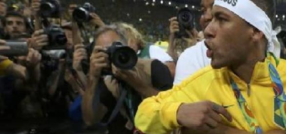 Neymar perde a cabeça e discute com torcedor