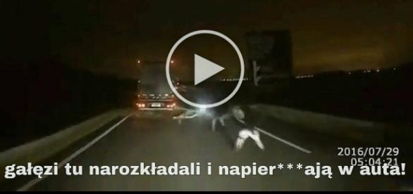 Polscy kierowcy ciężarowi atakowani przez imigrantów w Calais