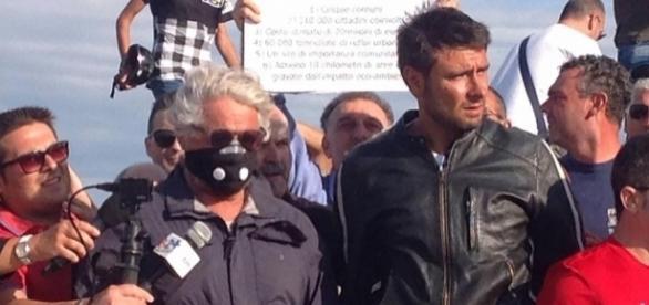 """Alessandro Di Battista e Beppe Grillo durante il """"Costituzione coast to coast"""" tour."""