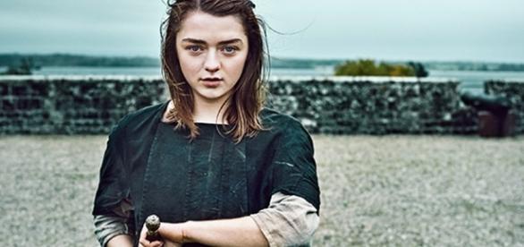 Maisie Williams esboça sua reação ao ler o roteiro da 7ª temporada