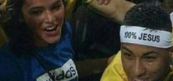 Neymar beija Bruna Marquezine e briga com torcedor