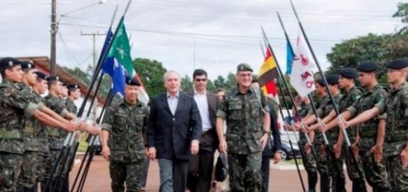 Presidente Michel Temer e membros das Forças Armadas (Foto: Reprodução)