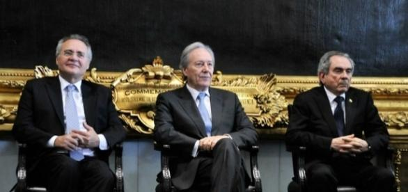 Enquanto preside sessão de julgamento de Dilma, Lewandowski pressiona por aumento do STF
