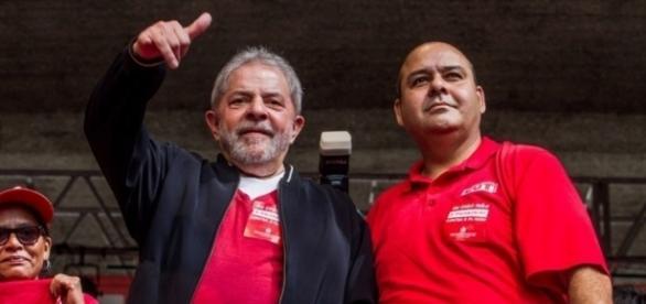 Lula e Vagner Freitas (Presidente da CUT) em discurso
