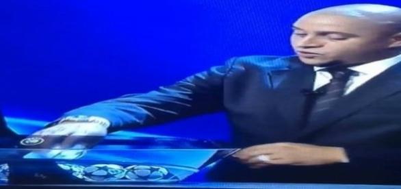 O ex-jogador Roberto Carlos no sorteio da Liga dos Campeões.