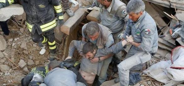 O terremoto na Itália deixa um rastro de destruição de centenas de mortes.